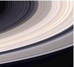 On reconnaît de plus en plus que les anneaux de Saturne ont une durée de vie relativement courte plutôt que de n'avoir pour l'essentiel  pas changé pendant des millions d'années. Photo prise par la NASA.